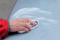 Далее ей дают время немного подсохнуть до появления белого налета и полируют чистой салфеткой до появления блестящей поверхности